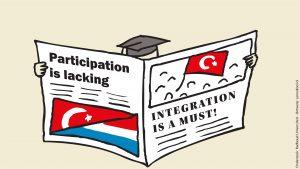 Turkse hoogopgeleide migrant leest krant over integratie
